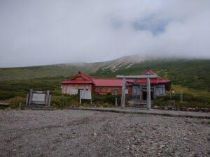 白山奥宮神社・山頂は雲の中